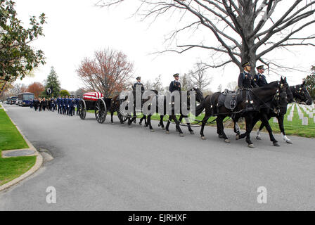 U.S. Army Soldiers from Caisson Platoon, 3rd U.S. Infantry Regiment The Old Guard lead the funeral procession for - Stock Photo
