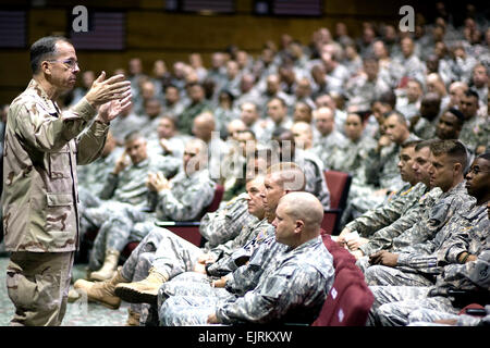 U.S Navy Adm. Mike Mullen chairman of the Joint Chiefs of Staff addresses students at the U.S. Army Sergeants Major - Stock Photo