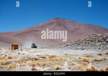 Uyuni, Bolivia. 15th Oct, 2009. A vehicle moves along a road on the Altiplano of the Andes on the way from San Pedro - Stock Photo