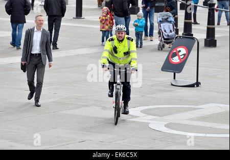 London, England, UK. Metropolitan police officer on a bicycle in Trafalgar Square - Stock Photo