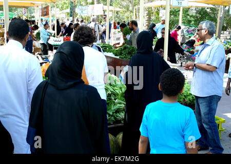 Shoppers at the farmers' market, held at the botanical garden in Budaiya, Kingdom of Bahrain - Stock Photo