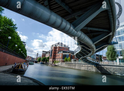 The snaky shape of Valentine's Bridge shot from below in the Temple Quay area of Bristol. Long exposure. - Stock Photo