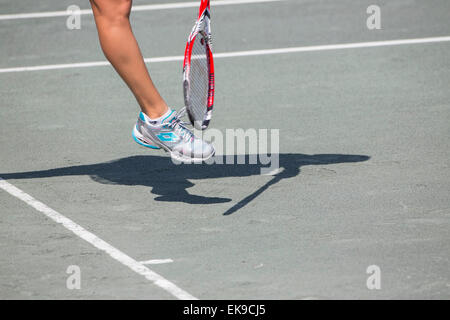 Charleston, SC, USA. 8th Apr, 2015. Charleston, SC - Apr 08, 2015: [2] E. Makarova (RUS) serves to S. Zhang (CHN) - Stock Photo