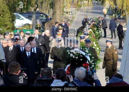 Warsaw, Poland. 10th Apr, 2015. Soldiers lay wreaths during the ceremony marking the fifth anniversary of the plane - Stock Photo