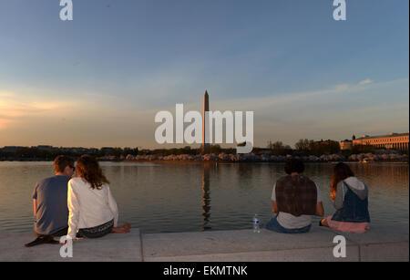 Washington, DC, USA. 12th Apr, 2015. People sit around the Tidal Basin in Washington, DC, capital of the United - Stock Photo