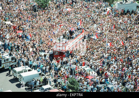 Thousands of England football fans line the streets near Luton airport to welcome their heroes back from Italy, - Stock Photo