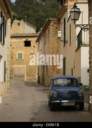 Fiat 500 seat 600 vintage fiat majorcan village mancor de la vall - Stock Photo