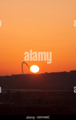 London, UK. 15 April 2015. The sun rises over the arch at Wembley Stadium this morning, as seen from one of the - Stock Photo