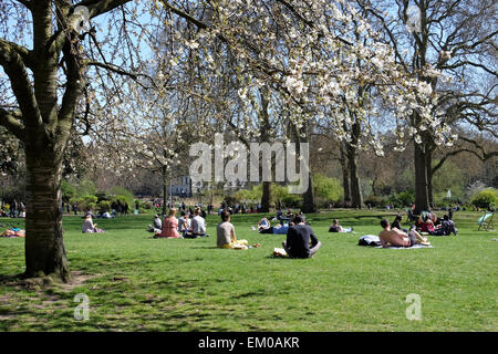 London, St. James's Park, UK. 14th April, 2015. Londoners and tourists enjoy the parks and public spaces as temperatures - Stock Photo