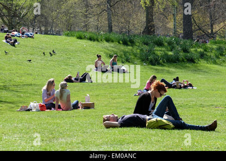 St. James's Park, London, UK. 14th April, 2015. Londoners and tourists enjoy the parks and public spaces as temperatures - Stock Photo