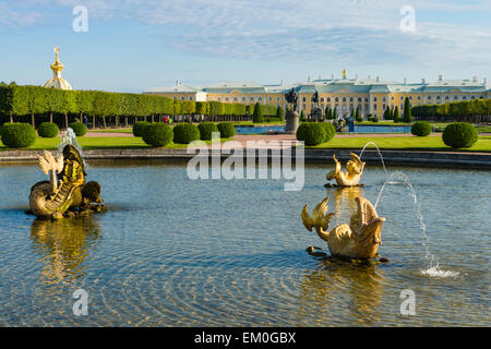 The Mezheumny or Midway fountain (1737-1739) in the Upper Gardens of the Peterhof Palace, Saint Petersburg, Russia. - Stock Photo