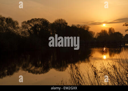 River Thames, Berkshire, UK. 16th April, 2015. UK Weather: The sun rises over Old Windsor Weir on the River Thames - Stock Photo