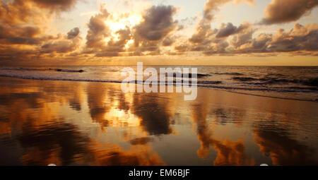 USA, Hawaii, Maui, Sunset At Kamaole Beach One; Kihei - Stock Photo