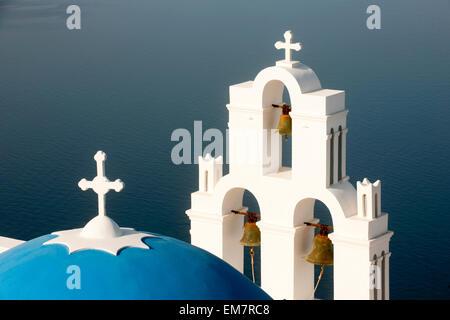 Griechenland, Kykladen, Santorini, Firostefani, Kirche am Rand der Caldera, - Stock Photo