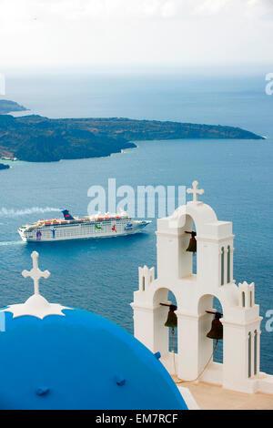 Griechenland, Kykladen, Santorini, Firostefani, Kirche am Rand der Caldera, im Hintergrund die Vulkaninsel Nea Kameni - Stock Photo