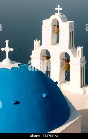 Griechenland, Kykladen, Santorini, Firostefani, Kirche am Rand der Caldera - Stock Photo