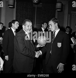 England Youth Team, Winners of the Junior World Cup, 24th April 1963. Willie Evans of the Daily Mirror presents - Stock Photo
