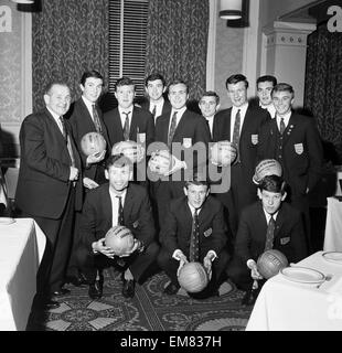 England Youth Team, Winners of the Junior World Cup, 24th April 1963. Pictured holding Daily Mirror Ball of the - Stock Photo