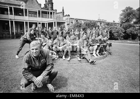 England Football Captain Bobby Moore and the 1966 World Cup football squad at Lilleshall prior to the start of the - Stock Photo