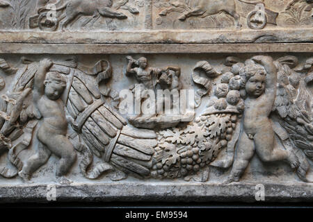 Roman sarcophagus. Myth of Theseus and Ariadne. Hadrianic or Early Antonine period, 130-140 AD. Theseus killing - Stock Photo