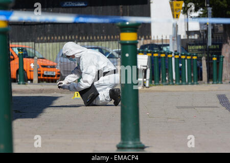 Northfield, Birmingham, UK. 18th April, 2015. A West Midlands Police forensics officer photographs possible evidence - Stock Photo
