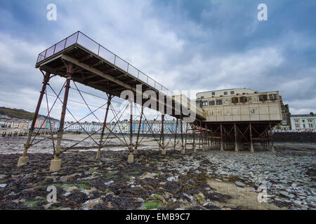 Aberystwyth, Wales, UK 19 April 2015 . Aberystwyth pier from below at an extreme low-tide, as high-pressure and - Stock Photo