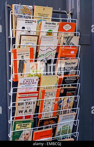 A rack of vintage paperback books, mostly penquins, outside a secondhand bookshop in Edinburgh, Scotland, UK. - Stock Photo
