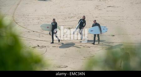 Surfers walk along the beach at Woolacombe, Devon voted best UK beach on TripAdvisor 2016 - Stock Photo