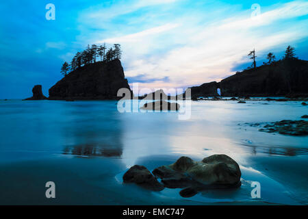 USA, Washington State, Olympic Peninsula, Olympic National Park, Pacific Ocean, Second Beach with rock islands and - Stock Photo