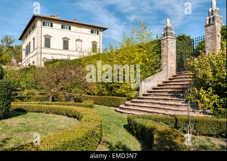 Vicobello, Siena, Tuscany, Italy. The villa and part of the formal Italian garden with clipped box hedges - Stock Photo