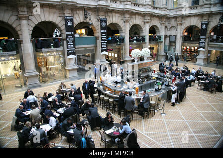 Businesspeople eating lunch at the Royal Exchange Cafe, London, England. - Stock Photo