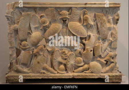 Marble cinerary urn. Roman, Julio-Claudian period, 1st C.AD. Highly unusual in having the spoils of war as its principal - Stock Photo