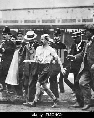 London 1908 Olympic Games One of the earliest Olympic dramas to be captured on film. Pietri Dorando is helped after - Stock Photo