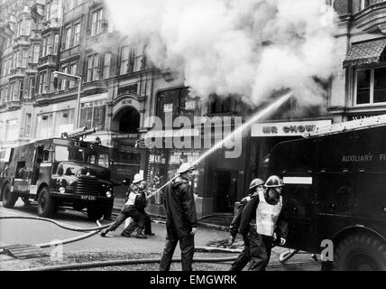 Firemen's Strike 1977-8. Smoke pours from the first floor of Mr Chow's restaurant in Knightsbridge. Soldiers standing - Stock Photo