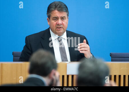 Berlin, Germany. 22nd Apr, 2015. German Federal Minister of Economic Affairs Sigmar Gabriel presents the economic - Stock Photo