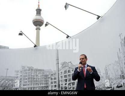 Berlin, Germany. 22nd Apr, 2015. Berlin's governing mayor Michael Mueller (SPD) stands in front of a historic photograph - Stock Photo