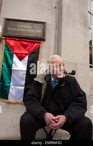 Former labour Mp Tony benn smoking his pipe outside the BBC Broadcasting House in London - Stock Photo