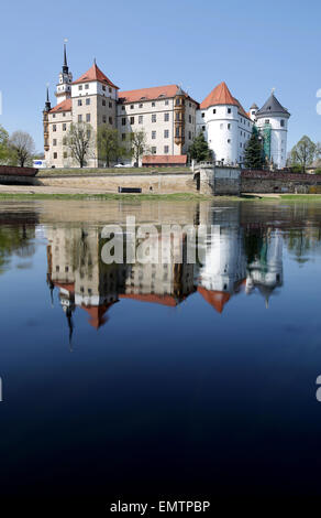 Torgau, Germany. 23rd Apr, 2015. The river Elbe reflects Hartenfels Castle in Torgau, Germany, 23 April 2015. The - Stock Photo