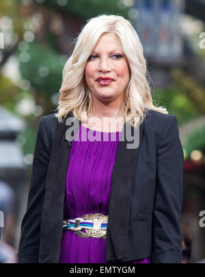 04.DECEMBER.2012. LOS ANGELES  TORI SPELLING AT THE GROVE FOR TV INTERVIEW IN LOS ANGELES, CA. - Stock Photo