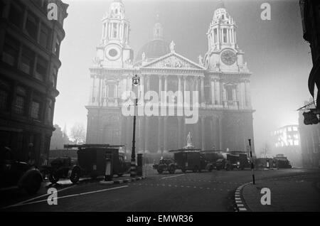 St Paul's Cathedral during a night of bombing on 29th December 1940. - Stock Photo