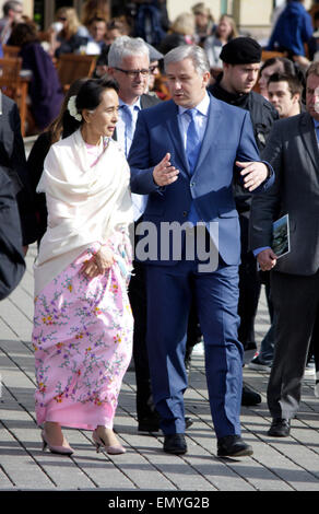 Aung San Suu Kyi, Klaus Wowereit - Gang durch das Brandenburger Tor, 12. April 2014, Berlin. - Stock Photo