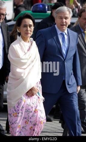 Aung San Suu Kyi, Klaus Wowereit - Gang durch das Brandenburger Tor, 12. April 2014, Berlin. - Stock Photo