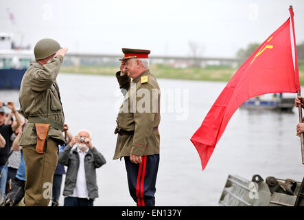 Torgau, Germany. 25th Apr, 2015. Two men reenact a historic meeting between Soviet and US (L) soldiers toward the - Stock Photo
