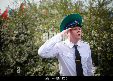Torgau, Germany. 25th Apr, 2015. A man wearing military uniform salutes during celebrations of the 70th anniversary - Stock Photo
