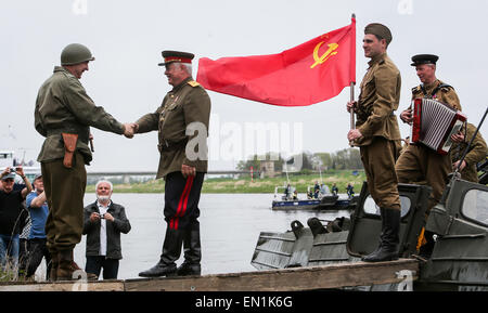 Torgau, Germany. 25th Apr, 2015. Amateur actors re-enact the famous meeting of Soviet and American soldiers during - Stock Photo
