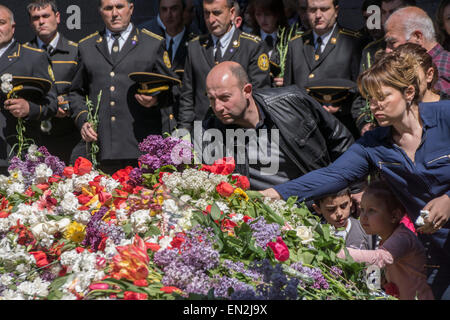 Yerevan, Armenia. 25th Apr, 2015. Armenians laying flowers at commemoration at 100th anniversary of the Armenian - Stock Photo