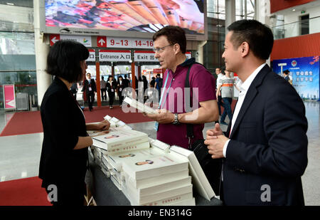 Guangzhou, China's Guangdong Province. 27th Apr, 2015. Dealers consult about the book 'Xi Jinping: The Governance - Stock Photo