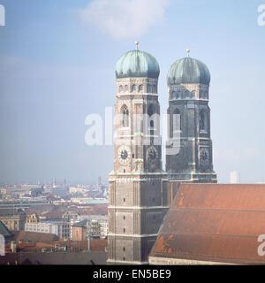 Deutschland, München, Blick von oben auf die Türme der Frauenkirche und Umgebung - Stock Photo