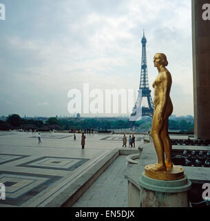Der Eifelturm in Paris; Frankreich 1970er Jahre. The Eifel Tower in Paris; France 1970s. - Stock Photo