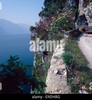 Unterwegs auf der Uferstraße Gardesana, Gardasee, Italien 1970er Jahre. Driving on the riverside road Gardesana, - Stock Photo